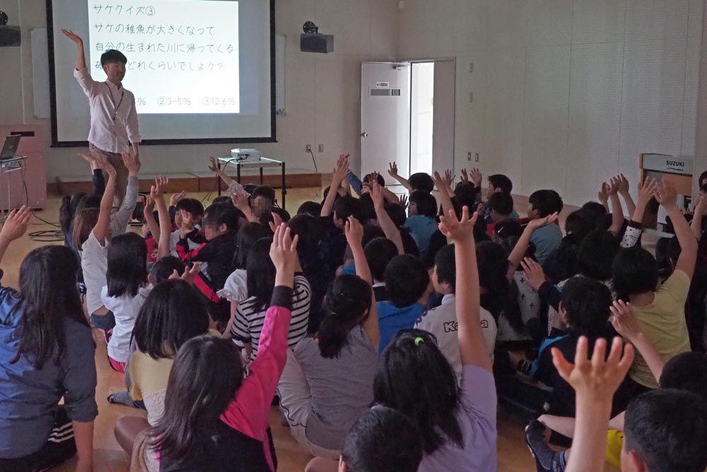 小学校のサケ出前授業
